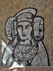 Mural en una pared bajo los soportales del colegio Casablanca de Elche.