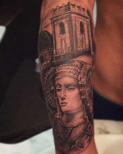 Está sobre el brazo de Manuel Portugués Peral