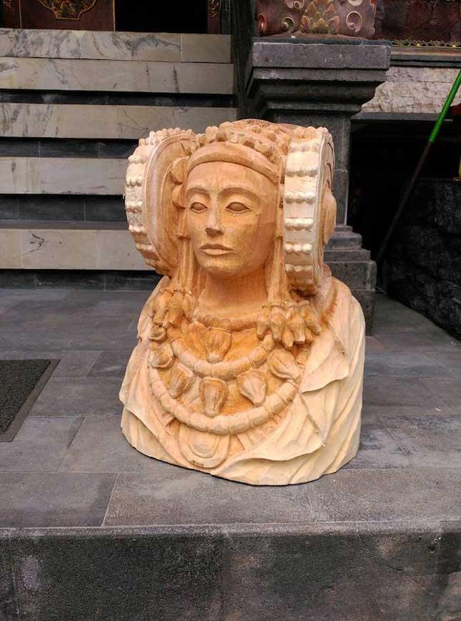 El empresario ilicitano Julián Sanmartín la hace tallar a un artesano de Bali y la muestra en las ciudades que visita