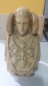 La Dama y la peana son un solo cuerpo: altura total de la figura 21