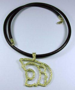 PVP. 450 €. Tomado de http://www.amanojoyas.com/products/colgante-dama-grande-oro/