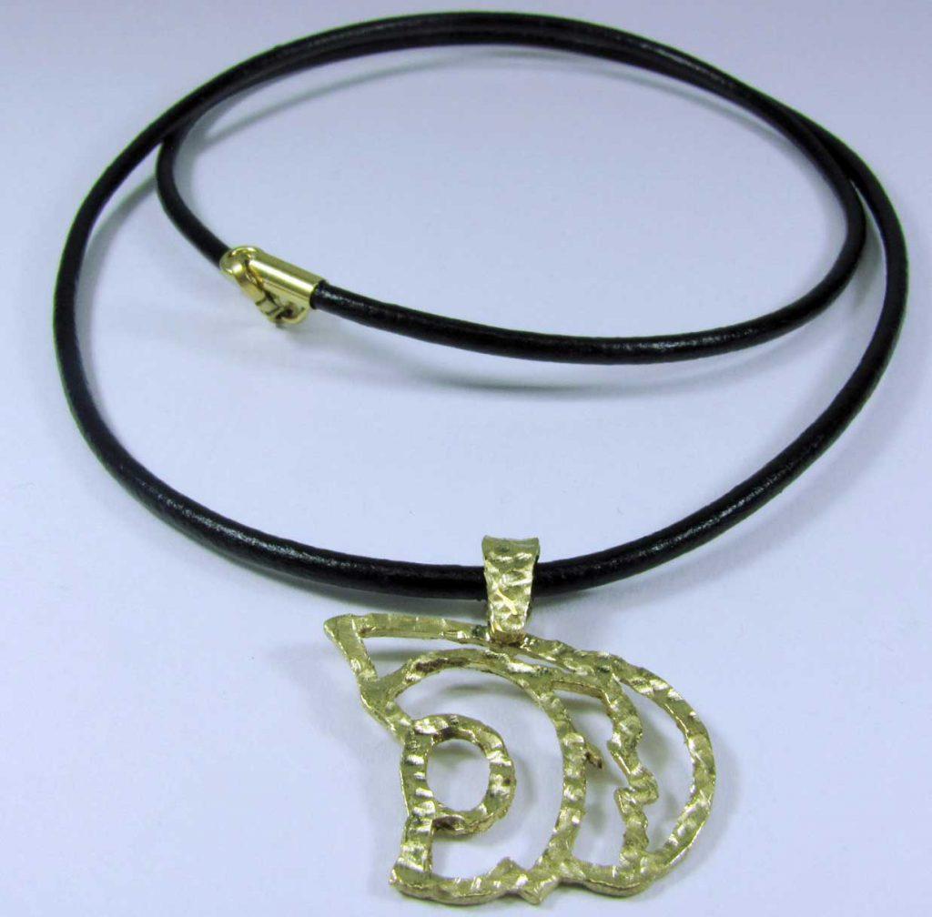 PVP. 149 €. Tomado de http://www.amanojoyas.com/products/colgante-dama-pequena-oro/