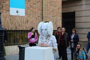 El arte y la música se unieron por unos minutos y salieron a la calle en la turolense plaza de la Catedral