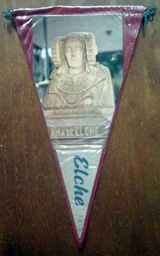 Con la fotografía de la Dama de la Glorieta. Lo vende por 10 € rgibrat16 (Girona) en http://www.todocoleccion.net/coleccionismo-banderines/antiguo-banderin-dama-elche-elche~x54851154
