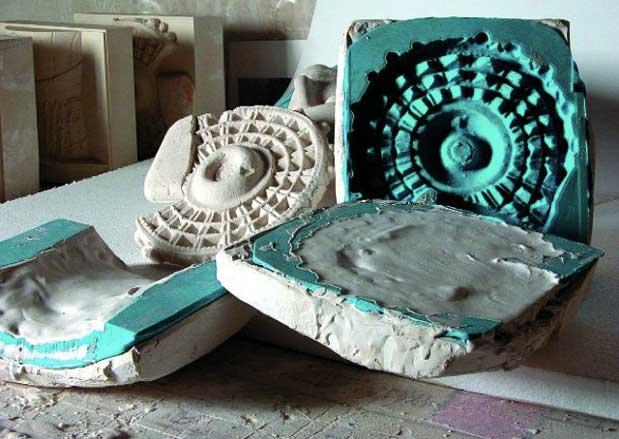 Ilustración 50. Vaciando los moldes en una mezcla de piedra caliza traída de Elche