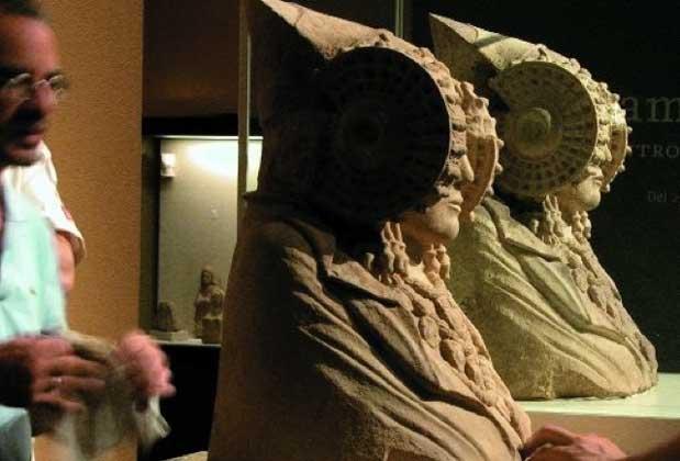 Ilustración 73. Comparando la copia al original en el museo. El proyecto Duple consiste en clonar la Dama de Elche mediante el digitalizado de toda su superficie a alta resolución para posteriormente