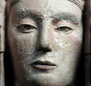 Ilustración 77. La cara del facsímil. Los labios poseen un intenso color carmín y parecen haber envejecido mejor que el resto de la superficie. Una investigación en profundidad sería necesaria para determinar si las incrustaciones son depósitos de calcio o restos de una capa de escayola. El proyecto Duple consiste en clonar la Dama de Elche mediante el digitalizado de toda su superficie a alta resolución para posteriormente
