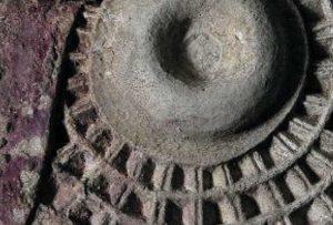 Ilustración 79. Detalles de los dos rodetes. Hay claras evidencias de depósitos que han sido escavados de las cavidades de los rodetes. Las áreas pigmentadas revelan una compleja estructura de capas de los colores rojo y marrón. El proyecto Duple consiste en clonar la Dama de Elche mediante el digitalizado de toda su superficie a alta resolución para posteriormente