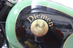 Logotipo en los laterales del depósito de gasolina. Motocicleta con motor Cucciolo de DUCATI